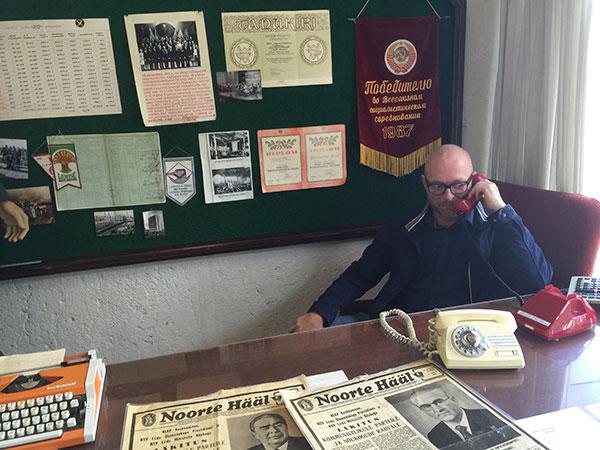 Løfter man røret på den røde hotline telefon på KGB museet får man en russer i røret.