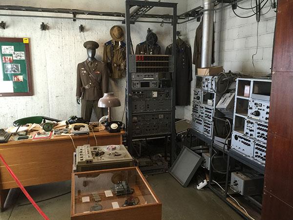 Det hemmelige KGB aflytningsrum står som agenterne efterlod det da de flygtede i en helicopter fra taget i 1991.