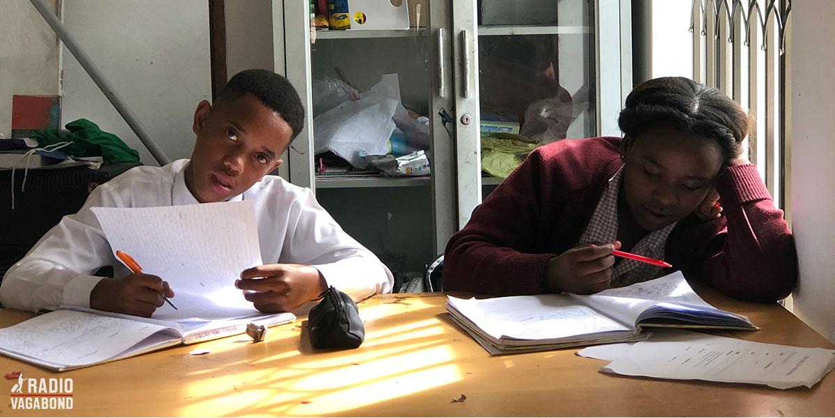 Børn i Vulamasango, der laver lektier.