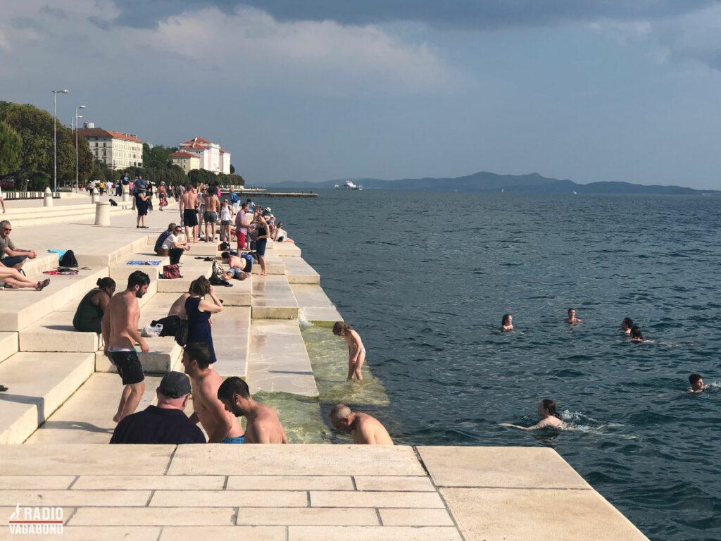 """På disse trapper i Zadar findes en installation, der hedder """"The Sea Organ"""", som spiller når bølgerne slår mod kajen."""