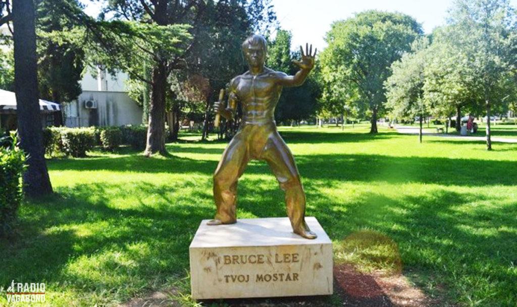 Af en eller anden grund er der her i Mostar en statue af kong fu-eksperten Bruce Lee.