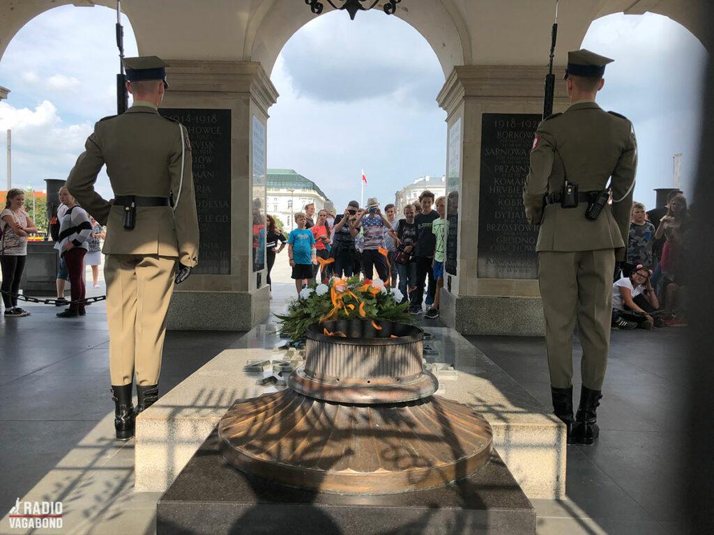 Tomb of Unknown Soldiers Monument er historisk og meget vigtigt sted for polakker. Det bevogtes af to parade soldater og hver anden time er der vagtskifte.