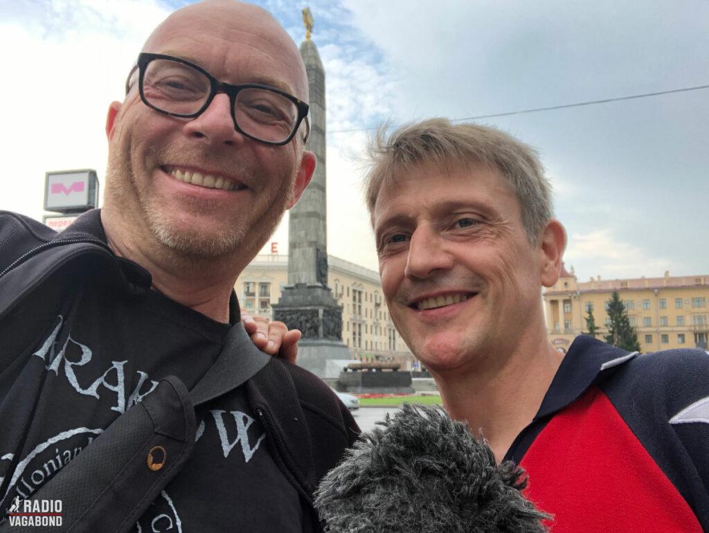 Carsten Skov og mig ved Sejrspladsen i Minsk.