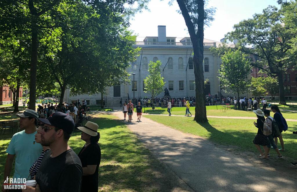 Harvard University ligger i smukke grønne omgivelser.