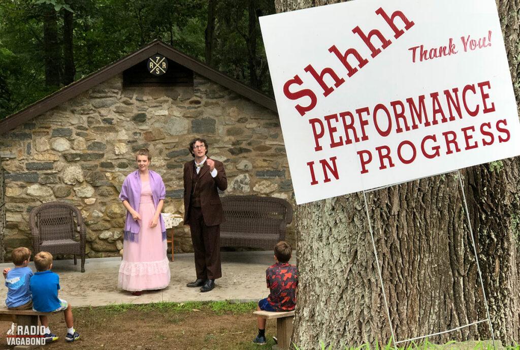 I skoven ved Gillette Castle var der en teaterforestilling i gang