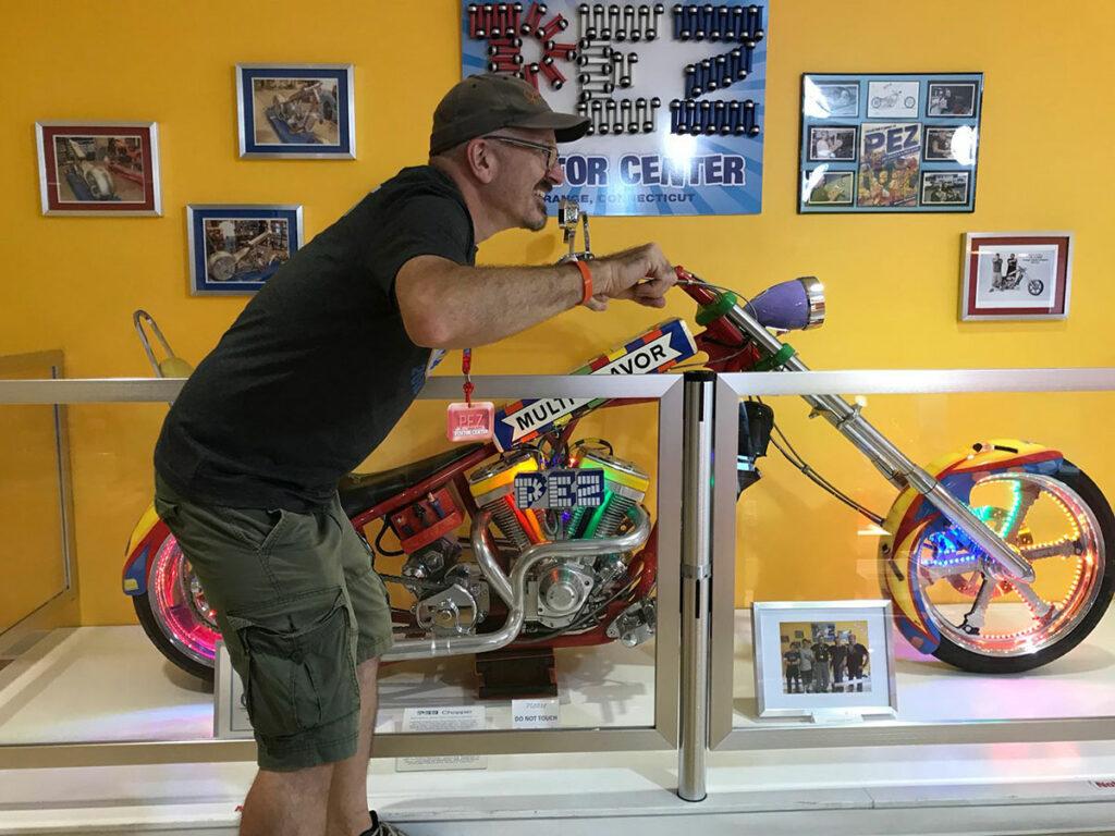 Jason på den ikoniske PEZ motorcykel