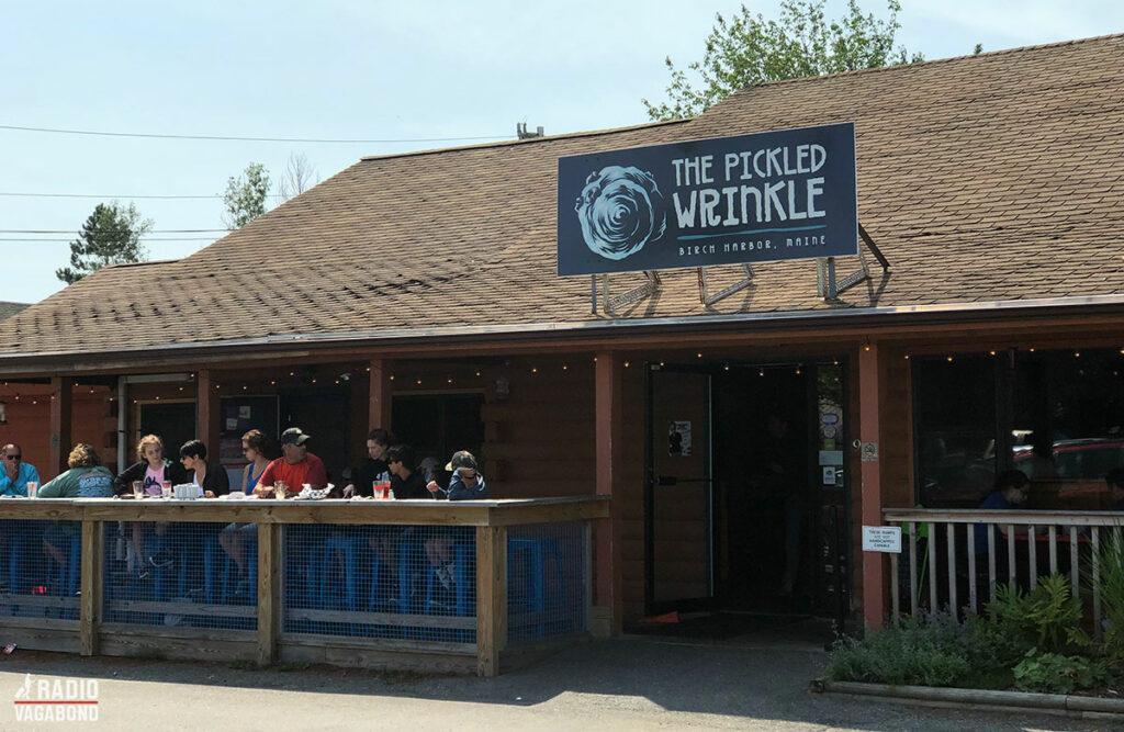"""På Bens anbefaling) på et sted, der hedder """"The Pickled Wrinkles"""" for at smage en lokal delikatesse."""