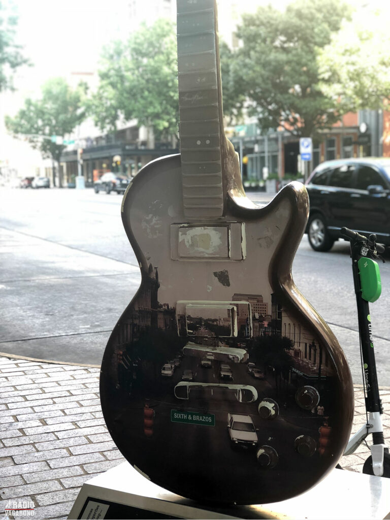 Man fornemmer musikken overalt i byen.