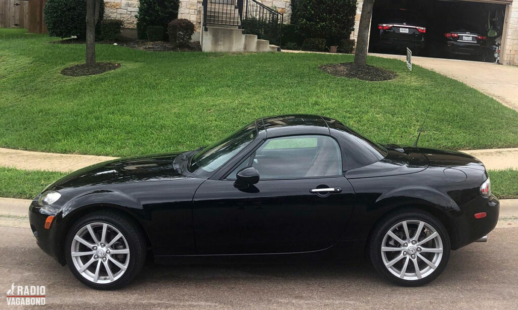 Min lejebil en lille sort 2-sæders cabriolet, hvor taget folder tilbage, når man trykker på en knap.