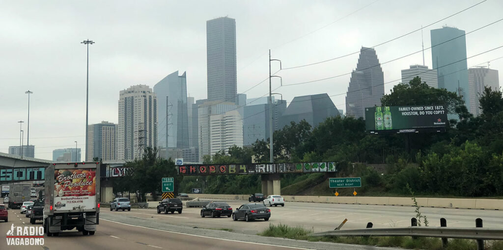 Tæt på vejen tårner Houston sig op foran mig.$
