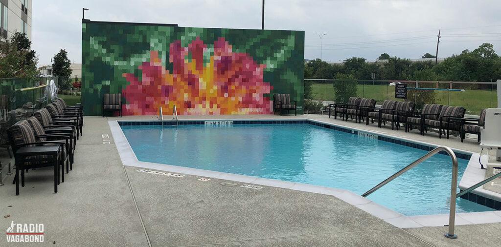 Mr. D er kendt som Houstons største væg-kunstner, og har bl.a. skabt et store vægmaleri, bag ved poolen
