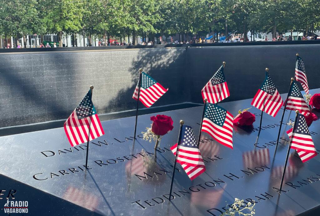9/11 Memorial med masser af flag på kanten af en af de to pools, hvor tvillingetårnene stod.