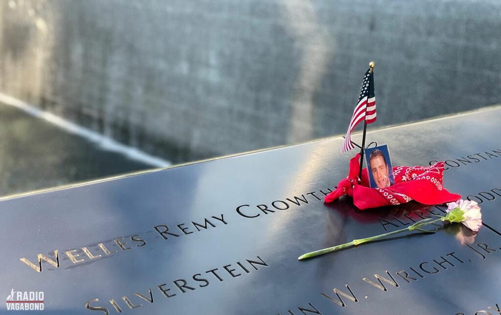 Navnene på de næsten 3000 mennesker, der omkom er på kanten af de to pools.