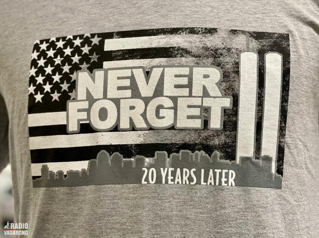 Denne t-shirt fra museets butik, siger det hele. Vi må aldrig glemme.