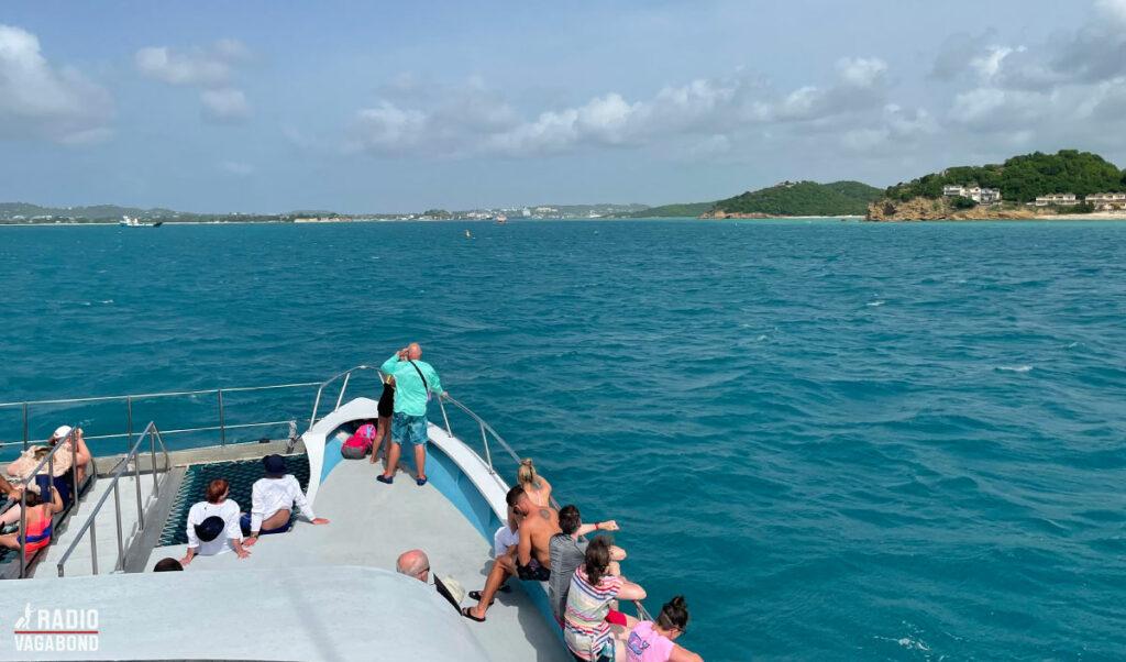 Vi ser kysten af Antigua fra en katamaran i fuld fart