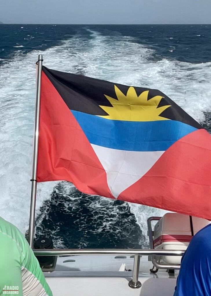 Det flotte flag fra Antigua & Barbuda vejer fra vores katamaran båd