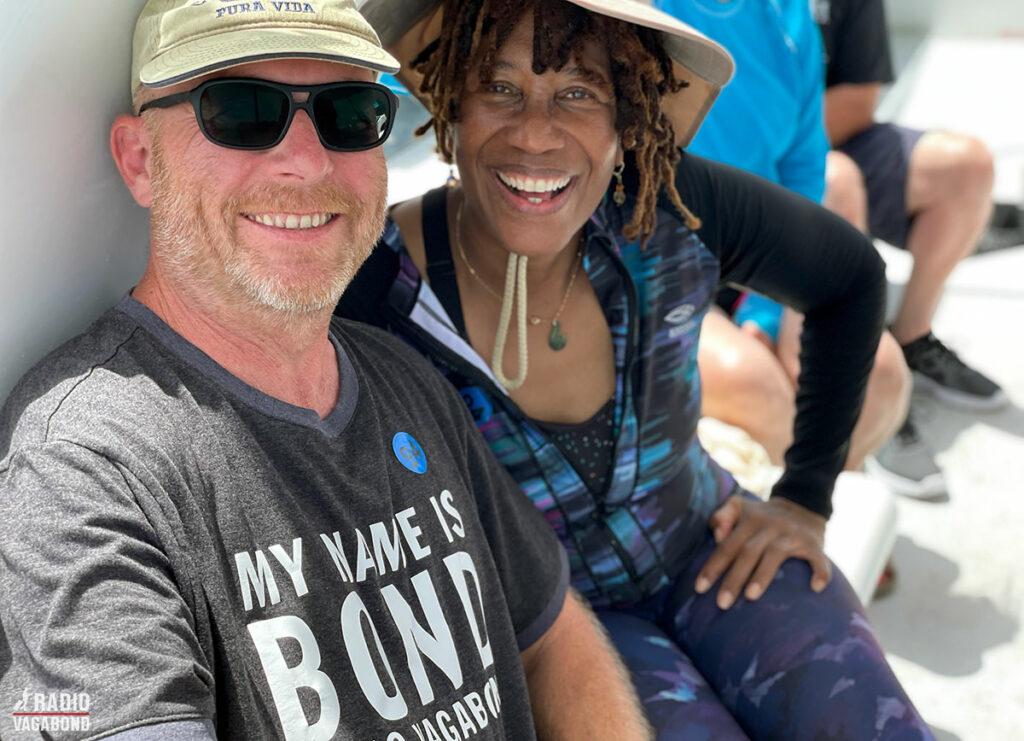 Min ven Siobhan og jeg er klar til at opleve Antigua fra en båd rundt om øen.