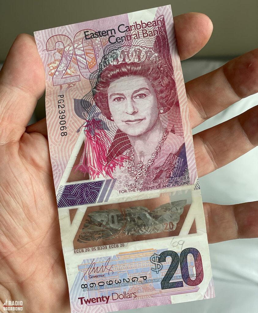Smuk gennemsigtig pengeseddel fra Dominica med den unge engelske dronning. Er det mon Claire Foy fra The Crown?