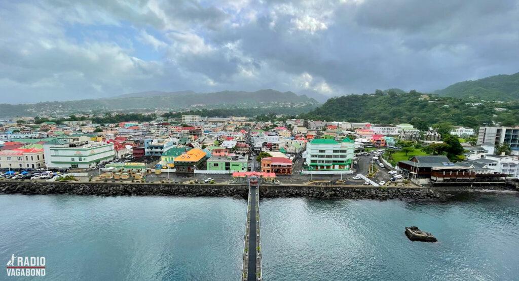 Sådan ser det ud, da jeg spotter Dominica og hovedstaden Roseau