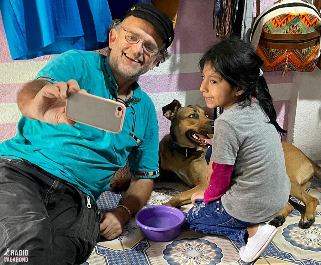 Andrés tager selfie med Catzij og Flors datter.