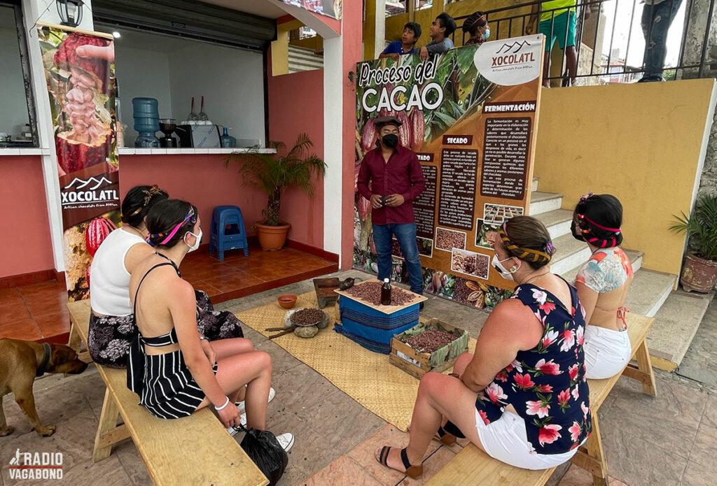 Første stop var en chokoladefabrik, hvor Elias fortæller mig om chokoladeproduktion.