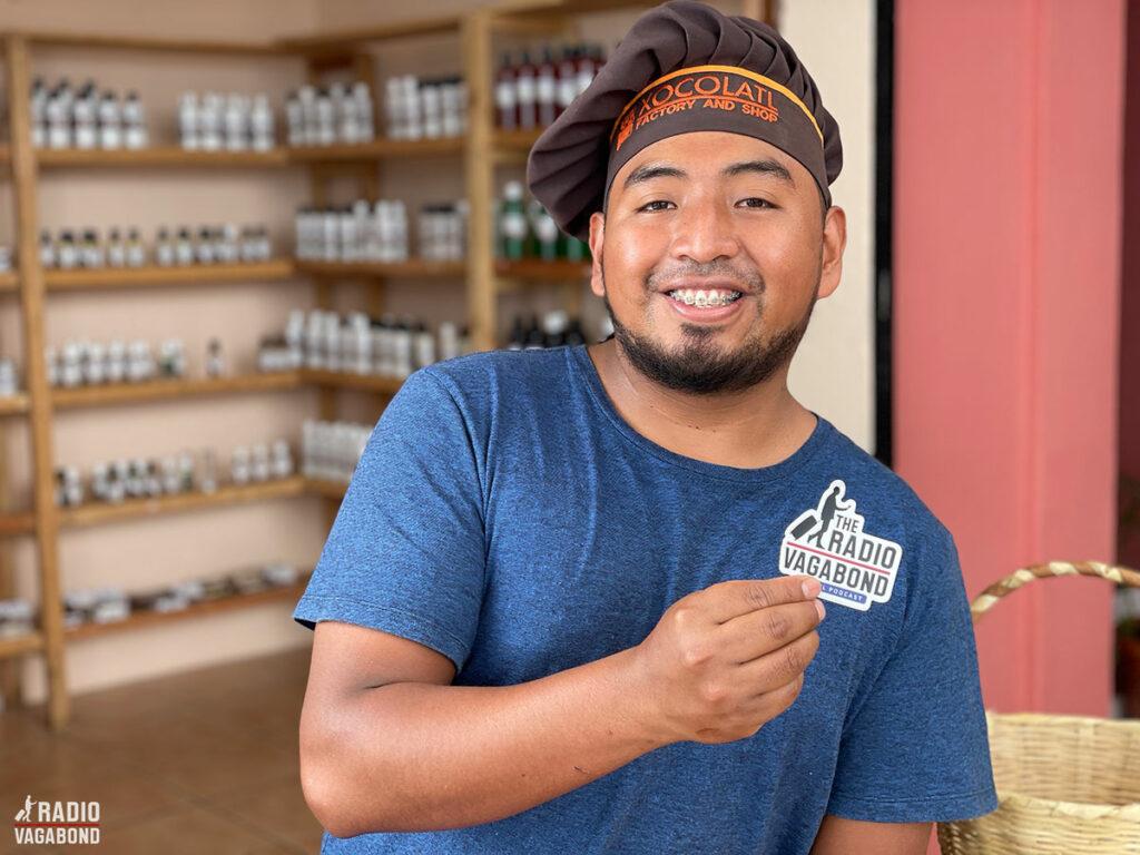 """""""Her producerer vi kærlighed og glæde"""", siger Elias fra chokoladefabrikken."""