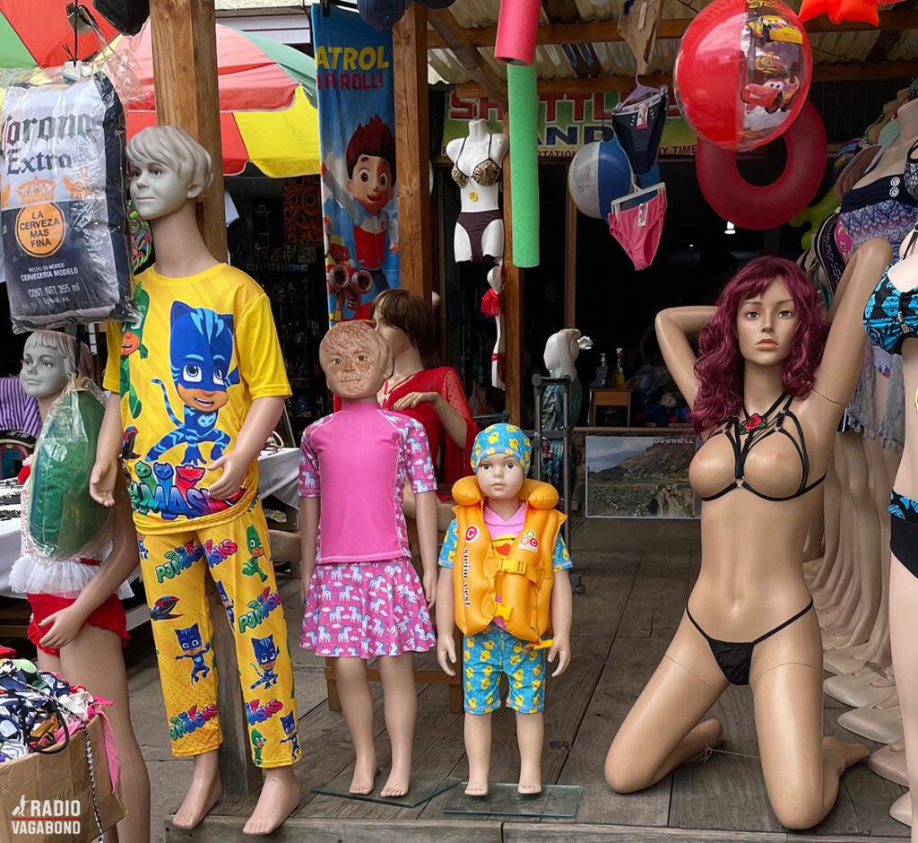 Set i Panajachel: Er det, hvad man kalder en blandet landhandel? Børnetøj, legetøj og ekstremt sexet undertøj...