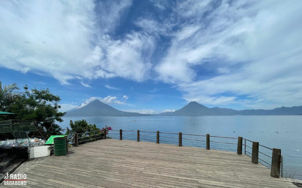 Den smukke Atitlán sø er omkranset af bjerge og vulkaner