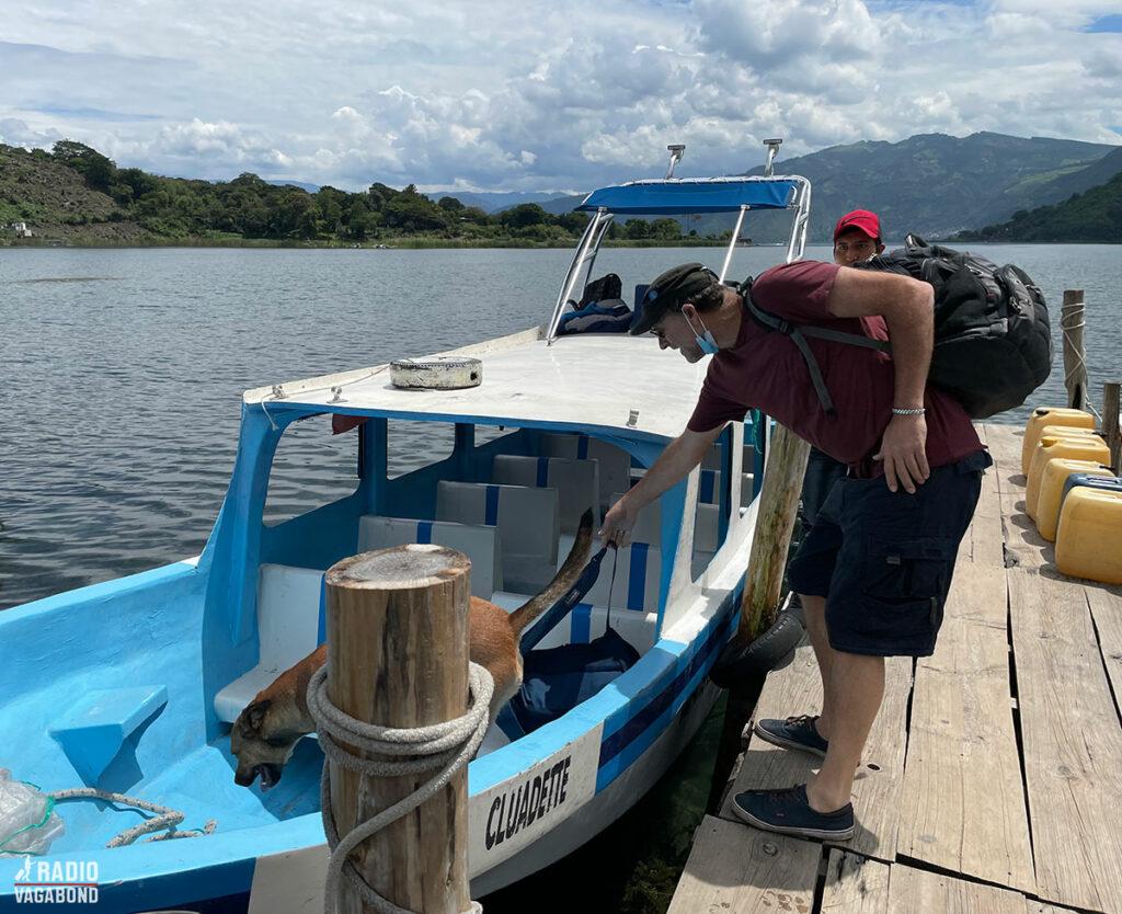 Sammen med hans hund, Catzij (som følger ham overalt) sprang vi ombord på lancha.