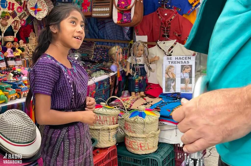 En lille bod blev betjent af en meget lille pige, som virkelig forstod at sælge.