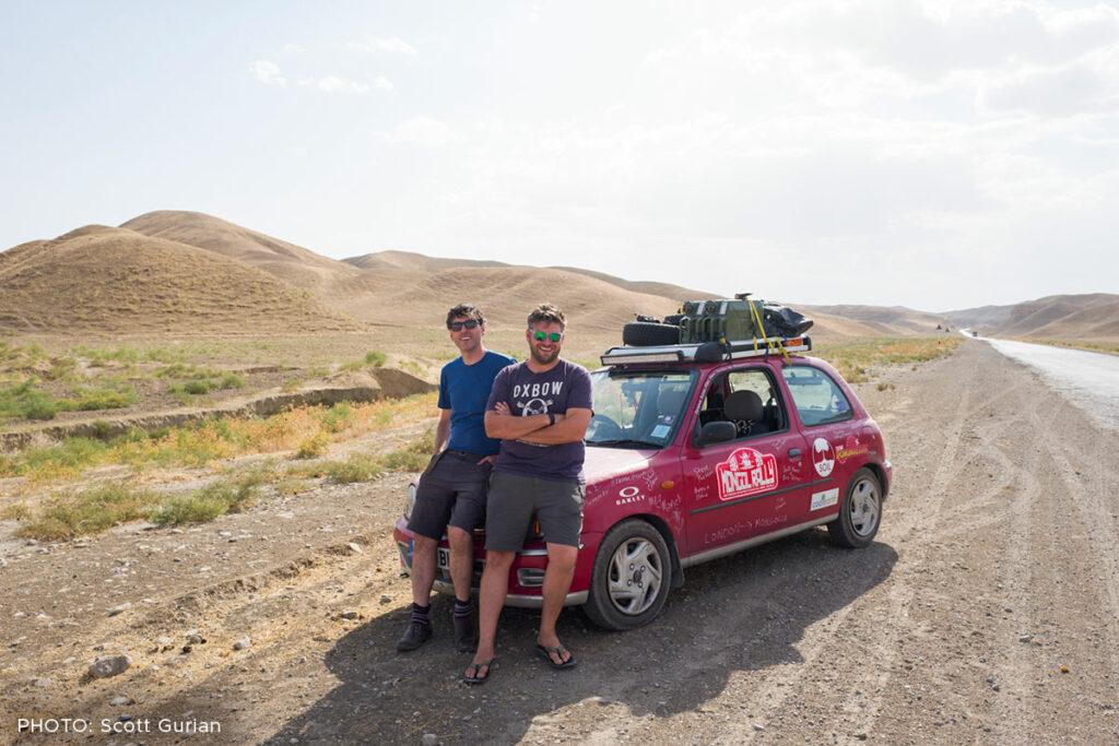 Scott og hans bror Drew kørte fra London til Mongoliet i en lille gammel Nissan Micra.
