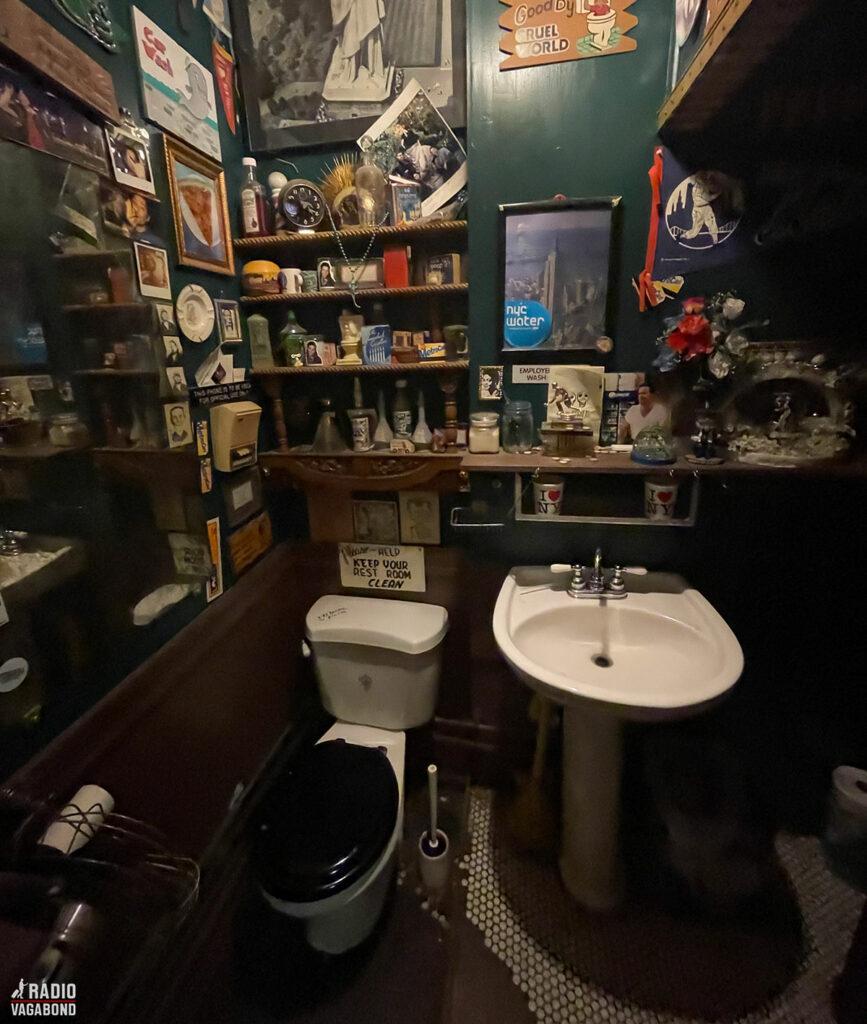 Der er endda udstillink på toilettet.